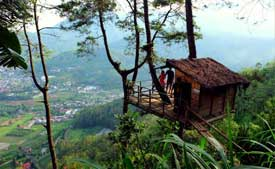 A hut with a view over Batu and Malang - Mt. Banyak