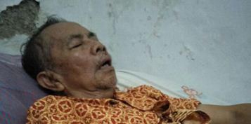 Mr Slamet on his bed - kampong Suropati, Malang